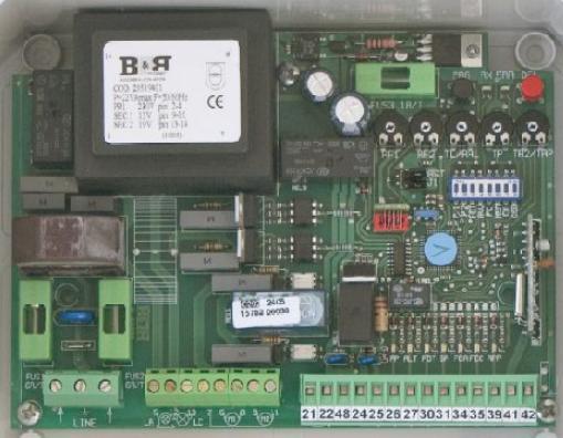 Platine pour motorisation à portail UNIVERSELLE - 230V - 2 moteurs portail, radio intégrée - PROGET srl - distributeur : TREBi. FRANCE